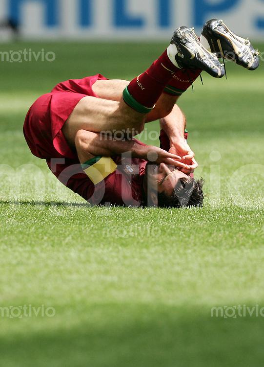 Fussball WM 2006  Gruppenspiel  Vorrunde  Gruppe D Spiel 24 Portugal - Iran  Luis FIGO (POR) liegt mit schmerzverzerrtem Gesicht am Boden auf dem Ruecken.