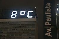 SAO PAULO, SP, 02/05/2012, FRIO. A madrugada de hoje (02) foi a mais fria do ano, o termometro que fica no alto do Conjunto Nacional chegou a marcar 7ºC.<br /> <br />  Luiz Guarnieri/ Brazil Photo Press.