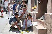 Monroe Kahn und seine Enkel Evan und Mirena gedenken mit Rosen ihren aus Deutschland vertriebenen Vorfahren - Stolpersteinverlegung in Geinsheim