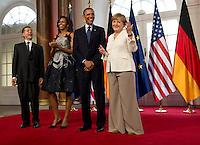 Berlin, US-Präsident Barack Obama, seine Ehefrau Michelle, Bundeskanzlerin Angela Merkel und ihr Ehemann Joachim Sauer am Mittwoch (19.06.13) in Berlin vor Schloss Charlottenburg auf dem Roten Teppich des Empfangs für den US-amerikanischen Praesident Barack Obama in Berlin. Foto: Michael Gottschalk/CommonLens