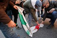 Durante una corte  di studenti e operai alcuni manifestanti incendiano la bandiera del PD
