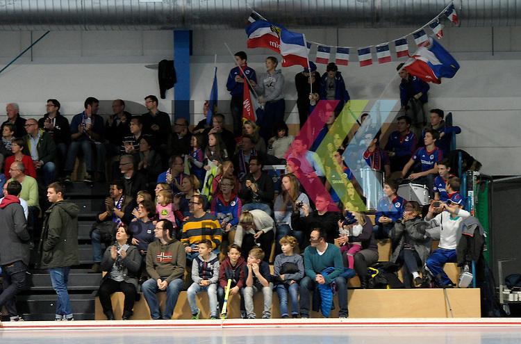 GER - Mannheim, Germany, December 12: Players line up prior to the 1. Bundesliga Sued Herren indoor hockey match between Mannheimer HC (blue) and TSV Mannheim (red) on December 12, 2015 at Irma-Roechling-Halle in Mannheim, Germany. <br /> <br /> Foto &copy; PIX-Sportfotos *** Foto ist honorarpflichtig! *** Auf Anfrage in hoeherer Qualitaet/Aufloesung. Belegexemplar erbeten. Veroeffentlichung ausschliesslich fuer journalistisch-publizistische Zwecke. For editorial use only.