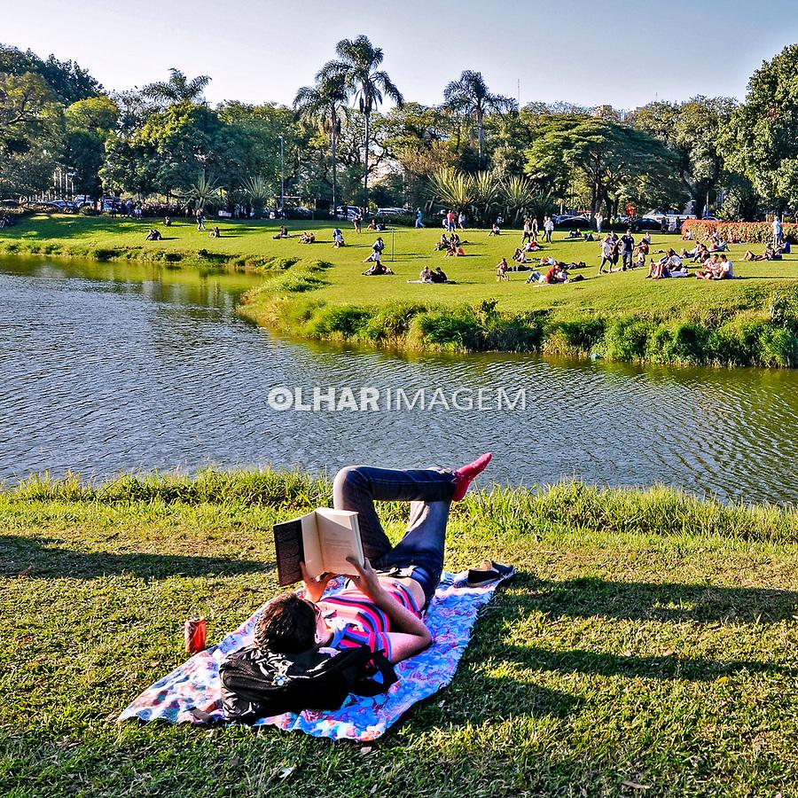 Pessoa lendo livro no Parque do Ibirapuera. Sao Paulo. 2014. Foto de Juca Martins.
