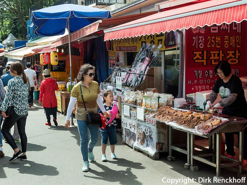 H&auml;ndler beim Buddhistischen Tempel Haedong Yonggungsa, Busan, Gyeongsangnam-do, S&uuml;dkorea, Asien<br /> streetvendor at buddhist temple Haedong Yonggungsa, Busan,  province Gyeongsangnam-do, South Korea, Asia