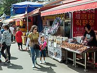 Händler beim Buddhistischen Tempel Haedong Yonggungsa, Busan, Gyeongsangnam-do, Südkorea, Asien<br /> streetvendor at buddhist temple Haedong Yonggungsa, Busan,  province Gyeongsangnam-do, South Korea, Asia