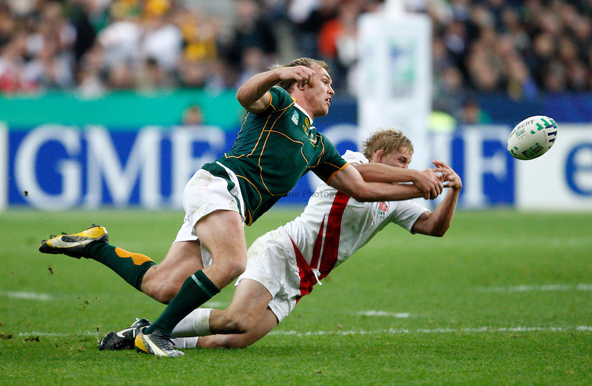Photo: Richard Lane/Richard Lane Photography..England v South Africa. The Final of the IRB Rugby World Cup, RWC 2007. 20/10/2007. .South Africa's Schalk Burger and England's Lewis Moody reach for the ball.