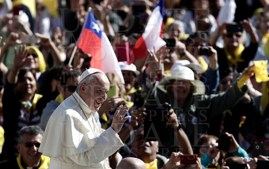 Pope Francis waves to faithful as he arrives for an audience to the Vincentian family on the 400th centenary of the Vincentian Charism in St. Peter's Square at the Vatican, on October 14, 2017.<br /> UPDATE IMAGES PRESS/Isabella Bonotto<br /> <br /> STRICTLY ONLY FOR EDITORIAL USE