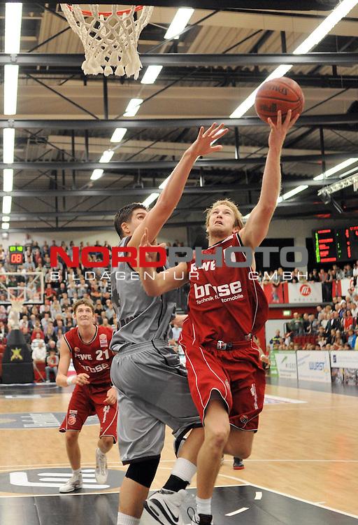 BBL 2009/2010 - BBL, 6. Spieltag - 25.10.2009  Artland Arena - Beko Basketball Bundesliga -<br /> <br /> Artand Dragons  vs Brose Baskets Bamberg<br /> <br /> #5 John Goldsberry ( Brose Basket ) beim erfolgreichen Korbleger gegen #24Darren Fenn (Artland Dragons)<br /> Aufgenommen mit der Hintorremote Kamera<br /> <br /> Foto &copy; nph ( nordphoto ) *** Local Caption *** Fotos sind ohne vorherigen schriftliche Zustimmung ausschliesslich f&uuml;r redaktionelle Publikationszwecke zu verwenden. Auf Anfrage in hoeherer Qualitaet/Aufloesung