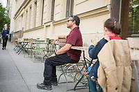 """Blindentrainer Juan Ruiz motiviert als Coach Kinder und Jugendliche mit Sehbehinderung und lehrt ihnen unter anderem mit einer einzigartigen Technik durch Klicklaute sich raeumlich zu orientieren. Der 38-Jaehrige gebuertige Mexikaner ist von Geburt an blind und hat den Grand Canyon durchwandert, Gebirge erklommen und haelt den Weltrekord im blinden Mountainbiken.<br /> Im Bild: Juan Ruiz in Berlin beim Choaching mit der 10-Jaehrigen Violet. Hier erklaert Juan Ruiz Violet, die Konversation mit sehenden Menschen.<br /> Die Eltern des Maedchens haben den Verein """"Anderes Sehen e.V."""" gegruendet. Ziel des Vereins ist die Durchsetzung fortschrittlicherer Foerderung blinder Kinder und besserer Voraussetzungen eines selbstbestimmten Lebens blinder Menschen.<br /> 17.5.2019, Berlin<br /> Copyright: Christian-Ditsch.de<br /> [Inhaltsveraendernde Manipulation des Fotos nur nach ausdruecklicher Genehmigung des Fotografen. Vereinbarungen ueber Abtretung von Persoenlichkeitsrechten/Model Release der abgebildeten Person/Personen liegen nicht vor. NO MODEL RELEASE! Nur fuer Redaktionelle Zwecke. Don't publish without copyright Christian-Ditsch.de, Veroeffentlichung nur mit Fotografennennung, sowie gegen Honorar, MwSt. und Beleg. Konto: I N G - D i B a, IBAN DE58500105175400192269, BIC INGDDEFFXXX, Kontakt: post@christian-ditsch.de<br /> Bei der Bearbeitung der Dateiinformationen darf die Urheberkennzeichnung in den EXIF- und  IPTC-Daten nicht entfernt werden, diese sind in digitalen Medien nach §95c UrhG rechtlich geschuetzt. Der Urhebervermerk wird gemaess §13 UrhG verlangt.]"""