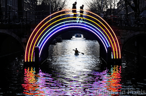 Nederland Amsterdam 2016. Amsterdam Light Festival. Bridge of the Rainbow. Herengracht.  Foto Berlinda van Dam / Hollandse Hoogte