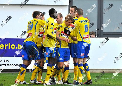 2012-12-02 / voetbal / seizoen 2012-2013 / Westerlo St-Truiden / Philippe Janssens (2e van rechts) heeft zojuist den 1-0 binnen getikt en wordt gefeliciteerd door zijn ploegmaats