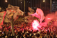 SAO PAULO, SP, 03 DEZEMBRO 2012 - EMBARQUE CORINTHIANS JAPAO - Torcedores corintianos nas proximidades do Aeroporto Internacional de Guarulhos, na Grande São Paulo, para incentivar a equipe do Corinthians, que embarca rumo ao Japão para a disputa do Mundial de Clubes da Fifa. FOTO: LUIZ GUARNIERI / BRAZIL PHOTO PRESS).