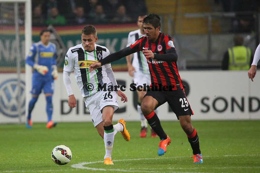 Thorgan Hazard (Gladbach) gegen Slobodan Medojevic (Eintracht) - Eintracht Frankfurt vs. Borussia Mönchengladbach, DFB-Pokal 2. Runde, Commerzbank Arena