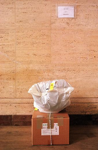 Die persoenlichen Dinge eines Abschiebehaeftlings im Transitbereich des Flughafen Berlin-Schoenefeld.<br /> Das Gebaeude diente in der DDR als Gaestehaus der SED.<br /> 30.6.2000, Berlin-Schoenefeld<br /> Copyright: Christian-Ditsch.de<br /> [Inhaltsveraendernde Manipulation des Fotos nur nach ausdruecklicher Genehmigung des Fotografen. Vereinbarungen ueber Abtretung von Persoenlichkeitsrechten/Model Release der abgebildeten Person/Personen liegen nicht vor. NO MODEL RELEASE! Nur fuer Redaktionelle Zwecke. Don't publish without copyright Christian-Ditsch.de, Veroeffentlichung nur mit Fotografennennung, sowie gegen Honorar, MwSt. und Beleg. Konto: I N G - D i B a, IBAN DE58500105175400192269, BIC INGDDEFFXXX, Kontakt: post@christian-ditsch.de<br /> Bei der Bearbeitung der Dateiinformationen darf die Urheberkennzeichnung in den EXIF- und  IPTC-Daten nicht entfernt werden, diese sind in digitalen Medien nach &sect;95c UrhG rechtlich gesch&uuml;tzt. Der Urhebervermerk wird gemaess &sect;13 UrhG verlangt.]