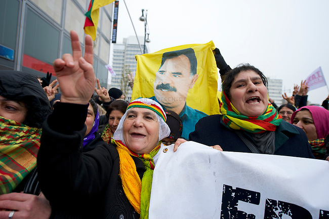 Demonstration fuer die Aufhebung des PKK-Verbot.<br />Ca. 8.000 bis 10.000 Menschen demonstrierten am Samstag den 16. November 2013 in Berlin fuer eine Aufhebung des PKK-Verbots. Die kurdische Arbeiterpartei ist seit November 1993 in Deutschland verboten. Sie tritt fuer eine unabhaengiges Kurdistan ein und nach PKK-Angaben sollen mehr als 10.000 Menschen sollen bewaffnet fuer dieses Ziel in der Grenzregion Tuerkei/Irak/Syrien/Iran vorhanden sein. Die tuerkische Regierung bekaempft die PKK seit ihrer Gruendung militaerisch, ohne jedoch die Region befrieden zu koennen. Allen militaerischen Einsaetzen des tuerkischen Militaers und Verlusten auf Seiten der PKK zum Trotz, nahm die Zahl an aktiven Kaempfern und die Unterstuetzung f&uuml;r die PKK in der Bevoelkerung stetig zu. <br />Entgegen einer Entscheidung des Bundesgerichtshof im Jahre 2004 wird die Organisation von den deutschen Behoerden weiterhin als terroristische und kriminelle Vereinigung bezeichnet.<br />Seit laengerer Zeit ist die PKK mit der tuerkischen Regierung in Verhandlungen ueber einen dauerhaften Frieden. Die Demonstration forderte die Bundesregierung auf, diesen Friedensprozess mit einer Legalisierung der PKK zu unterstuetzen.<br />16.11.2013, Berlin<br />Copyright: Christian-Ditsch.de<br />[Inhaltsveraendernde Manipulation des Fotos nur nach ausdruecklicher Genehmigung des Fotografen. Vereinbarungen ueber Abtretung von Persoenlichkeitsrechten/Model Release der abgebildeten Person/Personen liegen nicht vor. NO MODEL RELEASE! Don't publish without copyright Christian Ditsch/version-foto.de, Veroeffentlichung nur mit Fotografennennung, sowie gegen Honorar, MwSt. und Beleg. Konto:, I N G - D i B a, IBAN DE58500105175400192269, BIC INGDDEFFXXX, Kontakt: post@christian-ditsch.de.<br />Urhebervermerk wird gemaess Paragraph 13 UHG verlangt.]