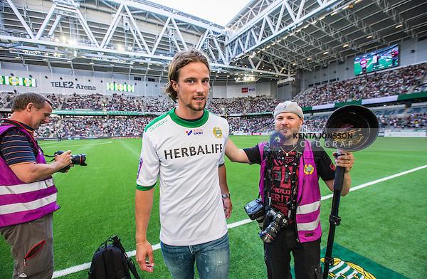 Stockholm 2014-07-20 Fotboll Superettan Hammarby IF - &Ouml;sters IF :  <br /> Hammarbys Linus Hallenius v&auml;lkomnas till Hammarby innan matchen mot &Ouml;ster<br /> (Foto: Kenta J&ouml;nsson) Nyckelord:  Superettan Tele2 Arena Hammarby HIF Bajen &Ouml;ster &Ouml;IF glad gl&auml;dje lycka leende ler le supporter fans publik supporters