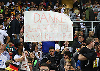 Fans bedanken sich bei Sami Khedira (Deutschland Germany) für die gespendeten Karten - 04.09.2017: Deutschland vs. Norwegen, Mercedes Benz Arena Stuttgart