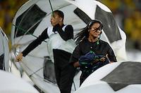 RIO DE JANEIRO - RJ - BRASIL - 30.6.2013 - Durante apresentacao de encerramento da Copa das Confederacoes, dancarino protesta com uma faixa no gramado do Maracana, antes da partida entre Brasil x Espanha, valida pela final da Copa das Confederacoes 2013.<br /> FOTO: Douglas Magno / Brazil Photo Press