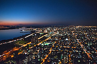 Anoitecer no Rio Guaiba e cidade de Porto Alegre. Rio Grande do Sul. 2012. Foto de Cris Berger.