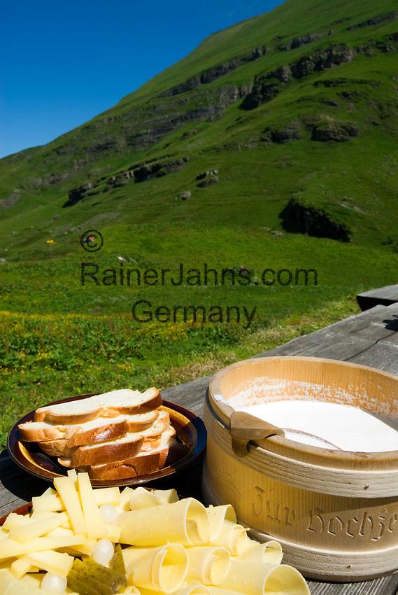 CHE, SCHWEIZ, Kanton Bern, Berner Oberland, Axalp: Wandergebiet Tschingelfeld - Brotzeit mit frischen Almprodukten: Almkaese (Hobelkaese), Rahm und Brot | CHE, Switzerland, Bern Canton, Bernese Oberland, Axalp: hiking area Tschingelfeld - snack with fresh alpine products: alp-cheese, cream and bread