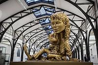 """Berlin, Kunstwerk von Paul McCarthy, """"Michael Jackson and Bubbles (Gold), 1997-1999"""" beim Ausstellung """"Body Pressure, Skulptur seit den 1960er Jahren"""" am Freitag (24.05.13) in Nationalgalerie Hamburger Bahnhof, Museum für Gegenwart, Berlin."""