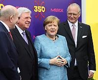 Bundeskanzlerin Angela Merkel (CDU) kommt an und wird vom Merck Vorstandstandsvorsitzenden Stefan Bundeskanzlerin Angela Merkel (CDU) kommt an und wird vom Merck Vorstandstandsvorsitzenden Stefan Oschmann, Merck-Nachfahre Frank Stangenberg-Haverkamp und dem Hessischen Ministerpräsidenten Volker Bouffier (CDU) begrüßt - 03.05.2018: Festakt zu 350 Jahre Merck in Darmstadt mit Bundeskanzlerin Angela Merkel