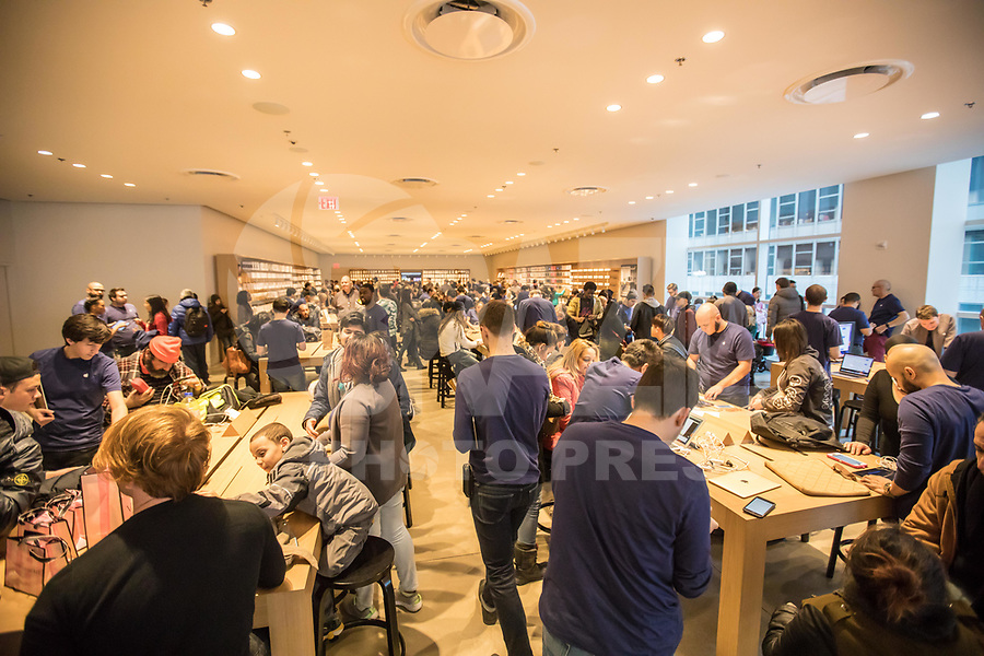NEW YORK, NY, 19.03.2017 - APPLE-NEW YORK  - Consumidores são vistos na Apple da Quinta Avenida em Manhattan na cidade de New York neste domingo, 19. (Foto: Vanessa Carvalho/Brazil Photo Press)