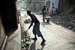 Des habitants déblaient une rue de Jacmel (Haiti) le 19/01/2010. Le quartier bas de la ville a été le plus touchée par le séisme du 12/01/2010.