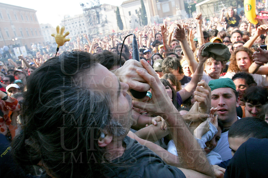 Piero Pelu' si lancia tra la folla del tradizionale concerto del Primo Maggio organizzato da Cgil, Cisl e Uil in piazza San Giovanni, Roma, 1 maggio 2008..Italian Piero Pelu' performs among crowd during the traditional May Day concert in St. John Lateran's Square, Rome, 1 may 2008..UPDATE IMAGES PRESS/Riccardo De Luca