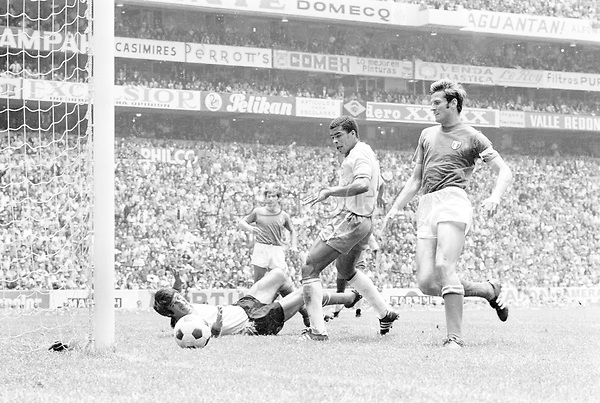 Fussball Weltmeisterschaft 1970: Finale: Brasilien-Italien(4:1) 21.6.70.<br />3:1 durch den Brasilianer Jairzinho (Mitte) gegen die Italiener Albertosi (am Boden) und Facchetti (rechts)<br /> <br /> - 21.06.1970<br /> <br /> Nur f&uuml;r redaktionelle Nutzung   Es obliegt dem Nutzer zu pr&uuml;fen, ob Rechte Dritter an den Bildinhalten der beabsichtigten Nutzung des Bildmaterials entgegen stehen.