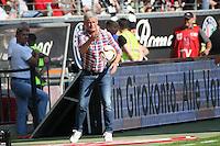 Trainer Armin Veh (Eintracht) gibt den Ball zurück - Eintracht Frankfurt vs. FC Augsburg, Commerzbank Arena