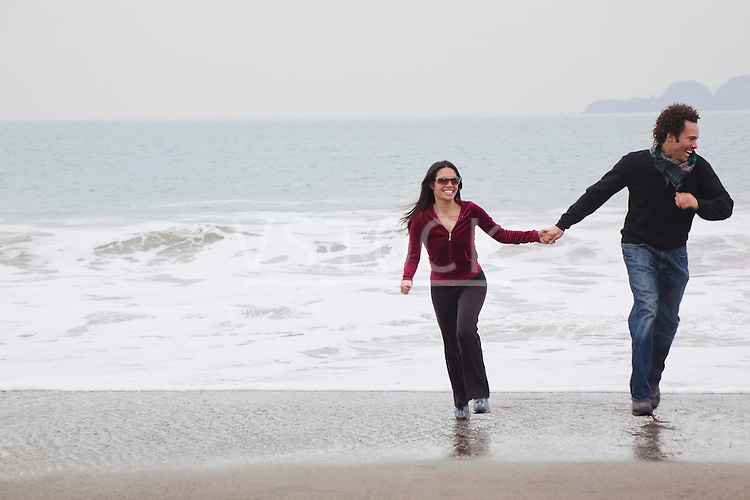 USA, California, San Francisco, Baker Beach, couple walking on beach
