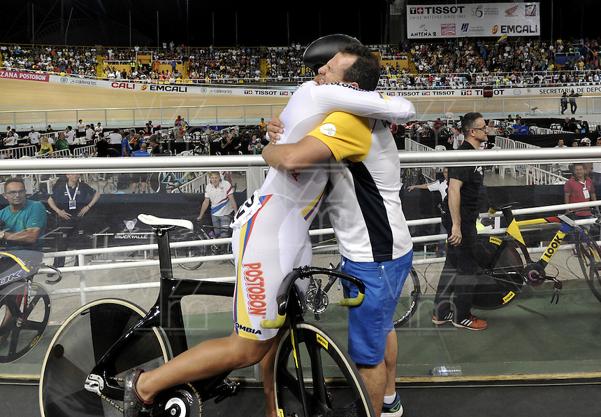 CALI – COLOMBIA – 18-02-2017: Fabian Puerta (Izq) de Colombia celebra con John Jaime Gonzalez (Der.), técnico de Colombia, la medalla de oro en la prueba Keirin, en el Velodromo Alcides Nieto Patiño, sede de la III Valida de la Copa Mundo UCI de Pista de Cali 2017. / Fabian Puerta (L) of Colombia, celebrates with John Jaime Gonzalez (R), coach of Colombia the gold medal in the test Keirin, at the Alcides Nieto Patiño Velodrome, home of the III Valid of the World Cup UCI de Cali Track 2017. Photo: VizzorImage / Luis Ramirez / Staff.