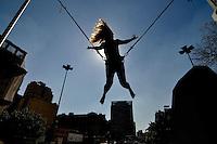 SAO PAULO, SP, 30 DE JUNHO DE 2012 - VIRADA ESPORTIVA SP - Publico participa de Bungee Trampolim no Vale do Anhangabaú na manhã deste sabado (30), durante Virada Esportiva 2012, que acontece este final de semana em São Paulo. FOTO: LEVI BIANCO - BRAZIL PHOTO PRESS