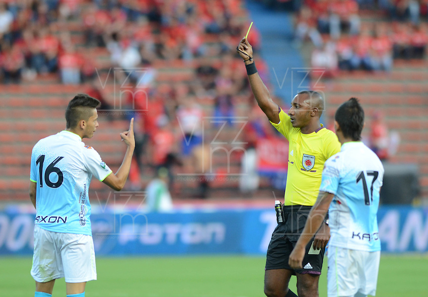 MEDELLÍN -COLOMBIA-15-02-2015. Gustavo Murillo arbitro muestra la tarjeta amarilla a David Contreras (Izq) jugador de Jaguares FC durante partido con Deportivo Independiente Medellín por la fecha 4 de la Liga Águila I 2015 jugado en el estadio Atanasio Girardot de la ciudad de Medellín./ Gustavo Murillo referee shows the yellow card to David Contreras (L) player of Jaguares FC during the match against Deportivo Independiente Medellin for the  second date of the Aguila League I 2015 at Atanasio Girardot stadium in Medellin city. Photo: VizzorImage/León Monsalve/STR