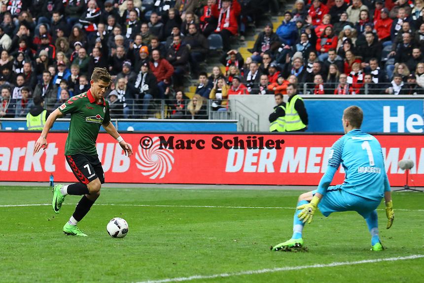 goal, Tor zum 1:2 für Florian Niederlechner (SC Freiburg) gegen Torwart Lukas Hradecky (Eintracht Frankfurt) - 05.03.2017: Eintracht Frankfurt vs. SC Freiburg, Commerzbank Arena