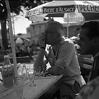 """Noé (Haute-Garonne). 9 juillet 1961. Portrait du réalisateur Jacques Tati invité d'honneur de l'éléction de la """"Belle Gaillarde"""". Observation: """"La Belle Gaillarde"""" est une éléction de miss qui a été créée à Noé (Haute-Garonne) durant l'été 1960 par Jacques Esterel, chansonnier et couturier, et Jean-Baptiste Doumeng, homme d'affaire et maire de Noé. L'élection de 1961 s'est déroulée du 8 au 10 juillet."""