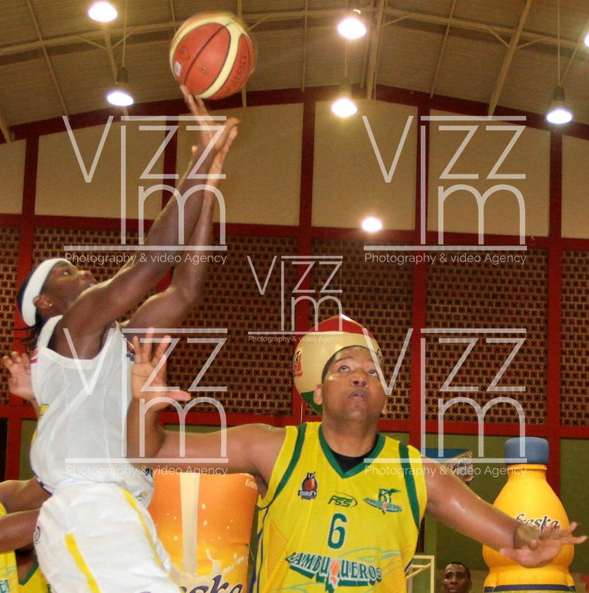 BUCARAMANGA -COLOMBIA, 06-04-2013. Philip Brooks trata de anotar sobre la marca de Enielsen Guevara de Bambuqueros durante partido de la vigésimacuarta fecha de la Liga DirecTV de baloncesto profesional colombiano disputado en la ciudad de Bucaramanga./  Philip Brooks tries to score over the mark of Enielsen Guevara of Bambuqueros duroing game of the 24th date of the DirecTV League of professional Basketball of Colombia at Bucaramanga city. Photo:VizzorImage / Jaime Moreno / STR