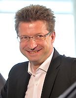 """MDR Fernsehdirektor Wolf-Dieter Jacobi bei der Pressekonferenz am 04.06.2013 zum Abschiedsspiel """"Ciao Capitano"""" in der 13. Etage des MDR-Hochhauses in Leipzig. <br /> Foto: Christian Nitsche"""