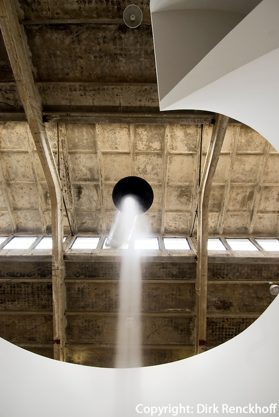 China, Peking (Beijing), Galleria Continua im Dashanzi Art District in ehemaligen Fabrikhallen, Jiuxianqiao Lu 4, Arbeit von Anish  Kapoor: Ascension