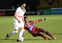 IBAGUÉ - COLOMBIA, 15-09-2017: Luis Paz (Der) jugador de Deportes Tolima disputa el balón con Rafael Robayo (Izq) jugador del Patriotas FC durante partido por la fecha 12 de la Liga Águila II 2017 jugado en el estadio Manuel Murillo Toro de la ciudad de Ibagué. / Luis Paz (R) player of  Deportes Tolima vies for the ball with Rafael Robayo (L) player of Patriotas FC during match for date 12 of the Aguila League II 2017 played at Manuel Murillo Toro stadium in Ibague city. Photo: VizzorImage / Juan Carlos Escobar / Cont