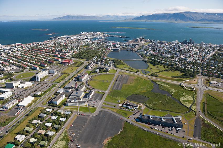 Háskóli Íslands og næsta umhverfi séð til norðurs, Reykjavík / University of Iceland, Hotel Saga  and sourroundings viewing north, lake Tjornin and town centre in background. Reykjavik