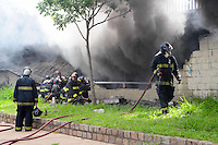 SAO PAULO, SP, 09 DE JANEIRO 2012 - INCÊNDIO BARRACÃO MOCIDADE ALEGRE - O Corpo de Bombeiros tentava combater um incêndio no barracão da escola de samba Mocidade Alegre, na região da Pompeia, na Zona Oeste de São Paulo, na tarde desta segunda-feira (9). (FOTO: ADRIANO LIMA - NEWS FREE).
