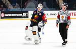 Stockholm 2014-08-21 Ishockey CHL Djurg&aring;rdens IF - Fribourg-Gotteron  :  <br /> Djurg&aring;rdens m&aring;lvakt goalkeeper Mikael Tellqvist  har problem med benskyddet och &aring;ker av isen f&ouml;r att f&aring; hj&auml;lp av Djurg&aring;rdens materialf&ouml;rvaltare<br /> (Foto: Kenta J&ouml;nsson) Nyckelord:  Djurg&aring;rden Hockey Hovet CHL Fribourg Gotteron