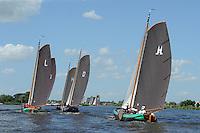 SKÛTSJESILEN: GROU: 18-07-2015, Skûtsje De Sneker Pan (Sneek) met schipper Douwe Jzn. Visser achter in het veld tijdens de openingswedstrijd, ©foto Martin de Jong