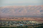 LEBANON village Deir el Ahmad in Beqaa valley, view to mountains Antilebanon and Syria / LIBANON Deir el Ahmad, Blick auf das Bekaa Tal, Berge des Antilibanon hintern denen Syrien liegt