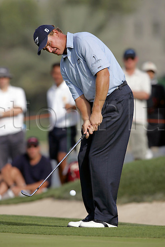 6 March 2005: South African golfer Ernie Els (RSA) chips onto the 14th green during the fourth round of the Dubai Desert Classic held on the Majlis Course at the Emirates Golf Club, Dubai, United Arab Emirates. Els won by one stroke after finishing on 19 under par. Photo: Neil Tingle/Action Plus..050306 male man men golf golfer golfers chipping chip pitching pitch