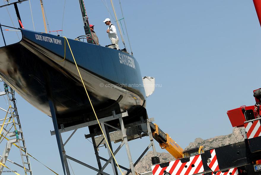 Louis Vuitton Trophy La Maddalena 25 maggio 2010. Lo scafo BMW Oracle affidato ai francesi di Aleph che ha subito un grave danno a prua è stato tirato a terra e posizionato sull'invaso per tentare di ripararlo così come l'altro scafo coinvolto nell'incidente che aveva a bordo l'equipaggio di Azzurra. Purtroppo non è stato possibile rimediare in tempo utile e la manifestazione è proseguita con due sole barche targate Mascalzone Latino.