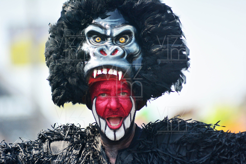 BARRANQUILLA - COLOMBIA, 02-03-2019: Un artista luce un disfraz tradicional durante el desfile Batalla de Flores del Carnaval de Barranquilla 2019, patrimonio inmaterial de la humanidad, que se lleva a cabo entre el 2 y el 5 de marzo de 2019 en la ciudad de Barranquilla. / An artist with a traditional custom performs during the Batalla de las Flores as part of the Barranquilla Carnival 2019, intangible heritage of mankind, that be held between March 2 to 5, 2019, at Barranquilla city. Photo: VizzorImage / Alfonso Cervantes / Cont.