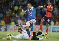 BOGOTÁ -COLOMBIA, 02-11-2014. Fernando Uribe (Der) jugador de Millonarios disputa el balón con Sebastian Lopez (Izq) arquero de Uniautónoma durante partido por la fecha 17 de la Liga Postobón II 2014 jugado en el estadio Nemesio Camacho el Campín de la ciudad de Bogotá./ Fernando Uribe (R) player of Millonarios fights for the ball with Sebastian Lopez (L) goalkeeper of Uniautonoma during the match for the 17th date of the Postobon League II 2014 played at Nemesio Camacho El Campin stadium in Bogotá city. Photo: VizzorImage/ Gabriel Aponte / Staff
